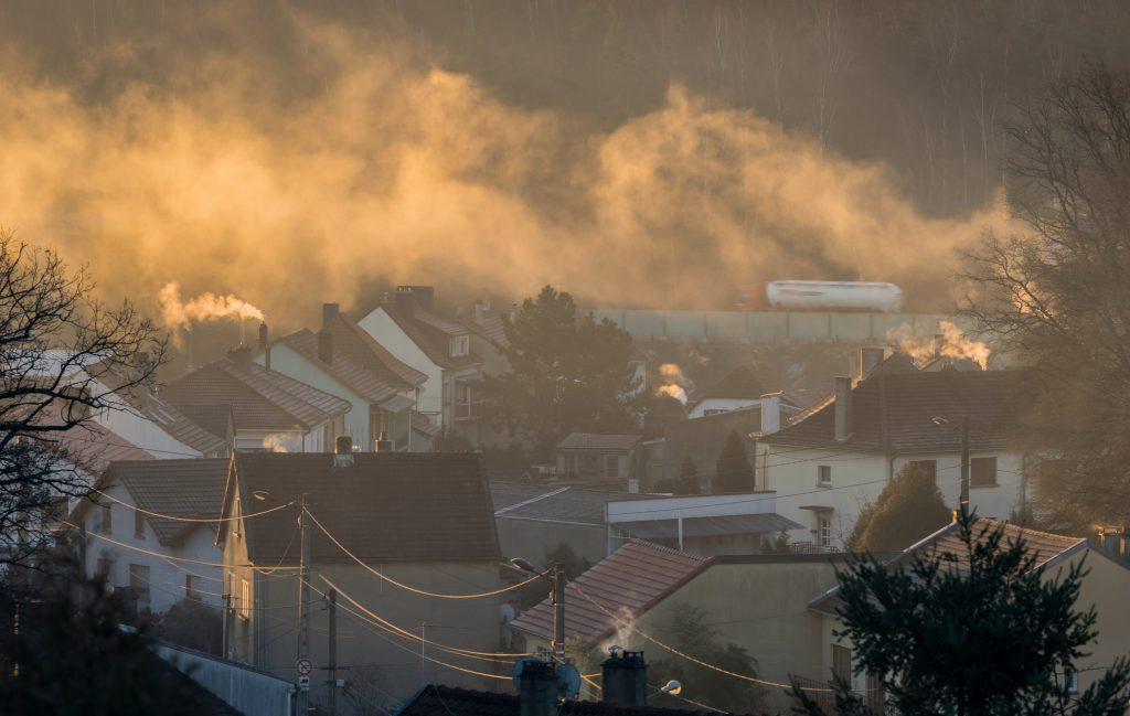 Smog über einem Dorf